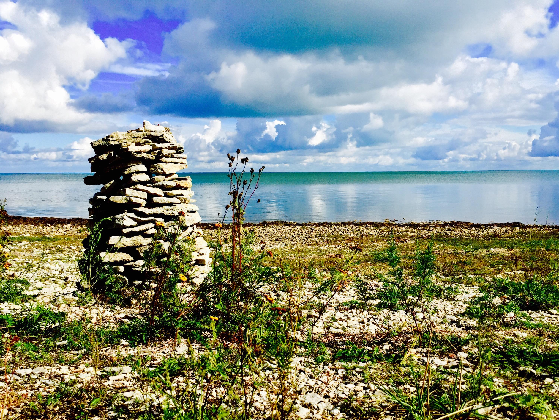 Stenar på hög in vid vatten