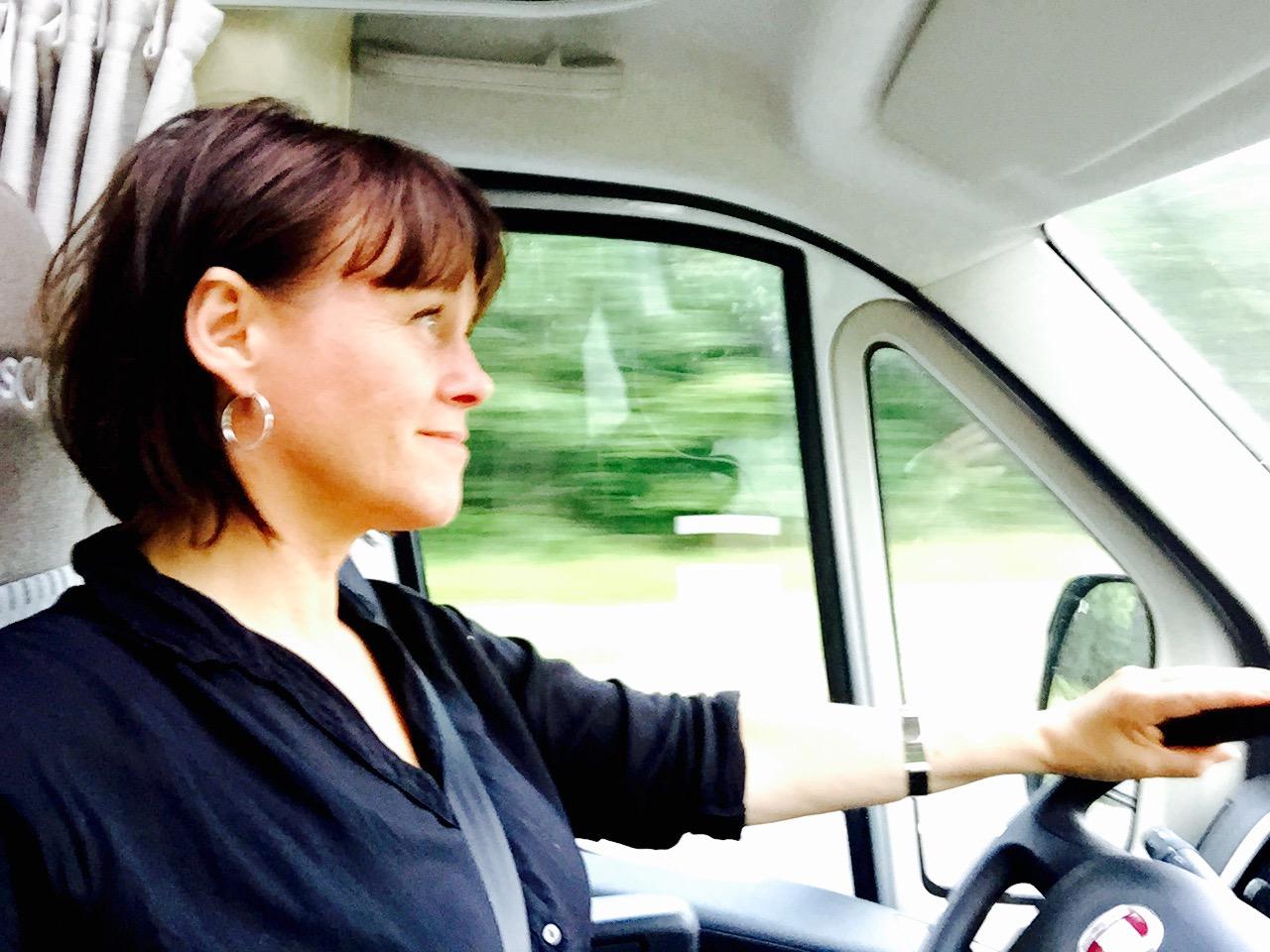 Kvinna vid husbilsratten.