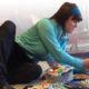 konstnärinna målar