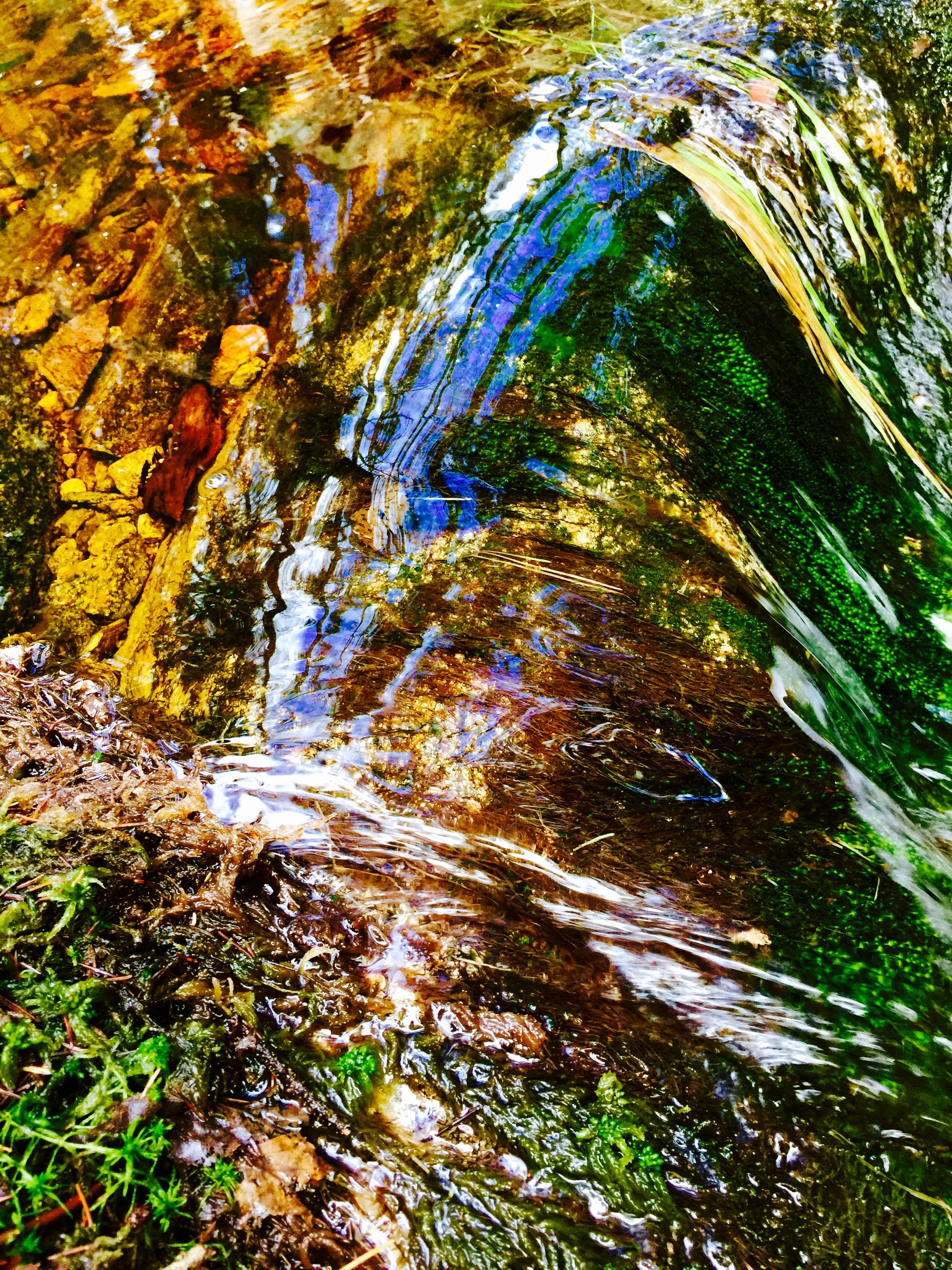 Vatten porlar fram