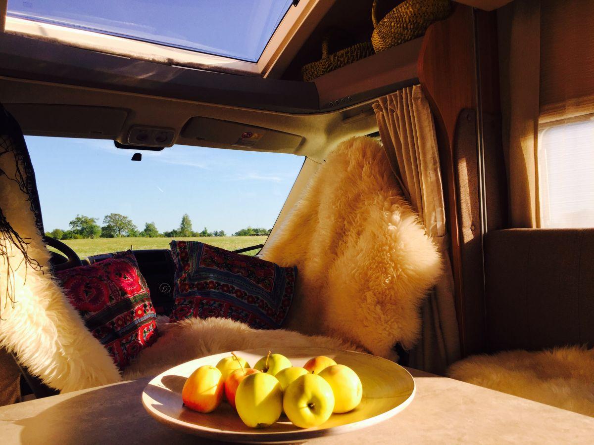 Äpplefat i husbil med takljus.