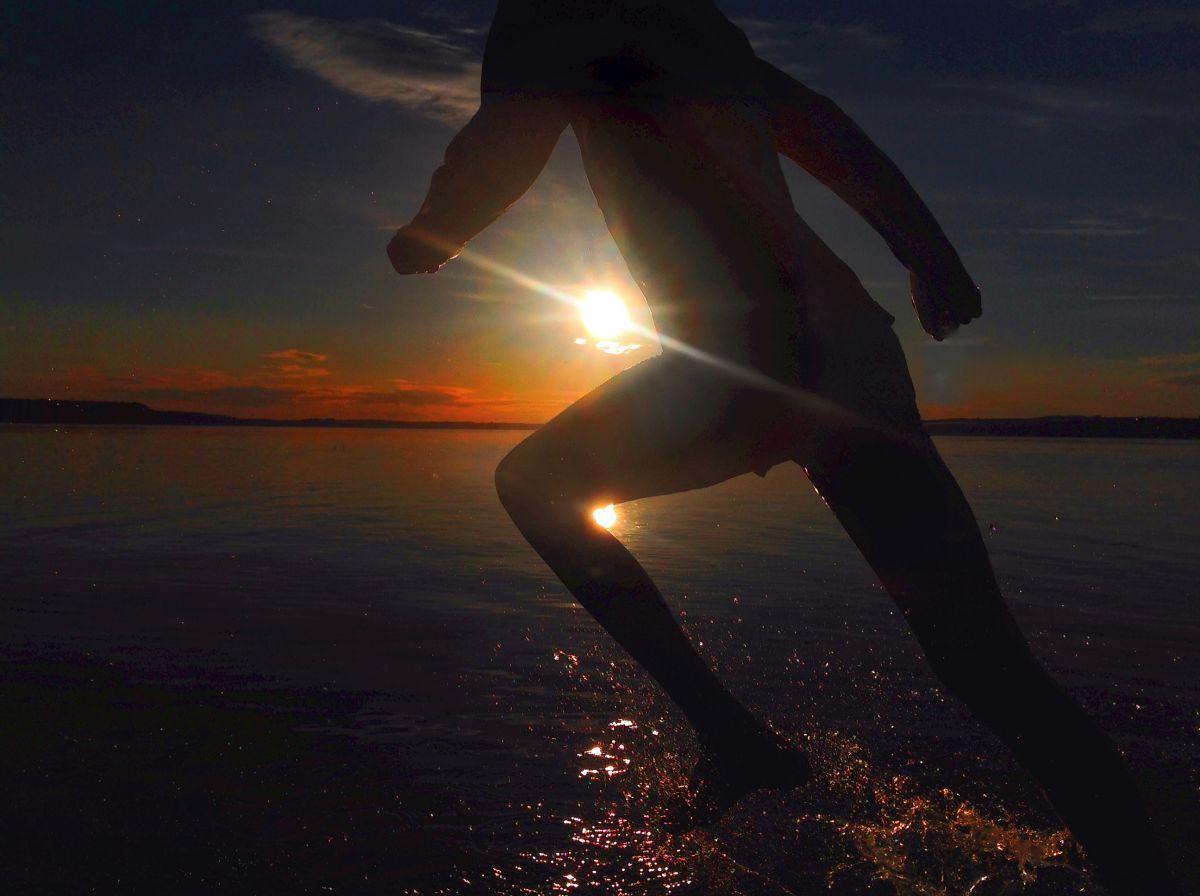 Solnedgång med springande barn