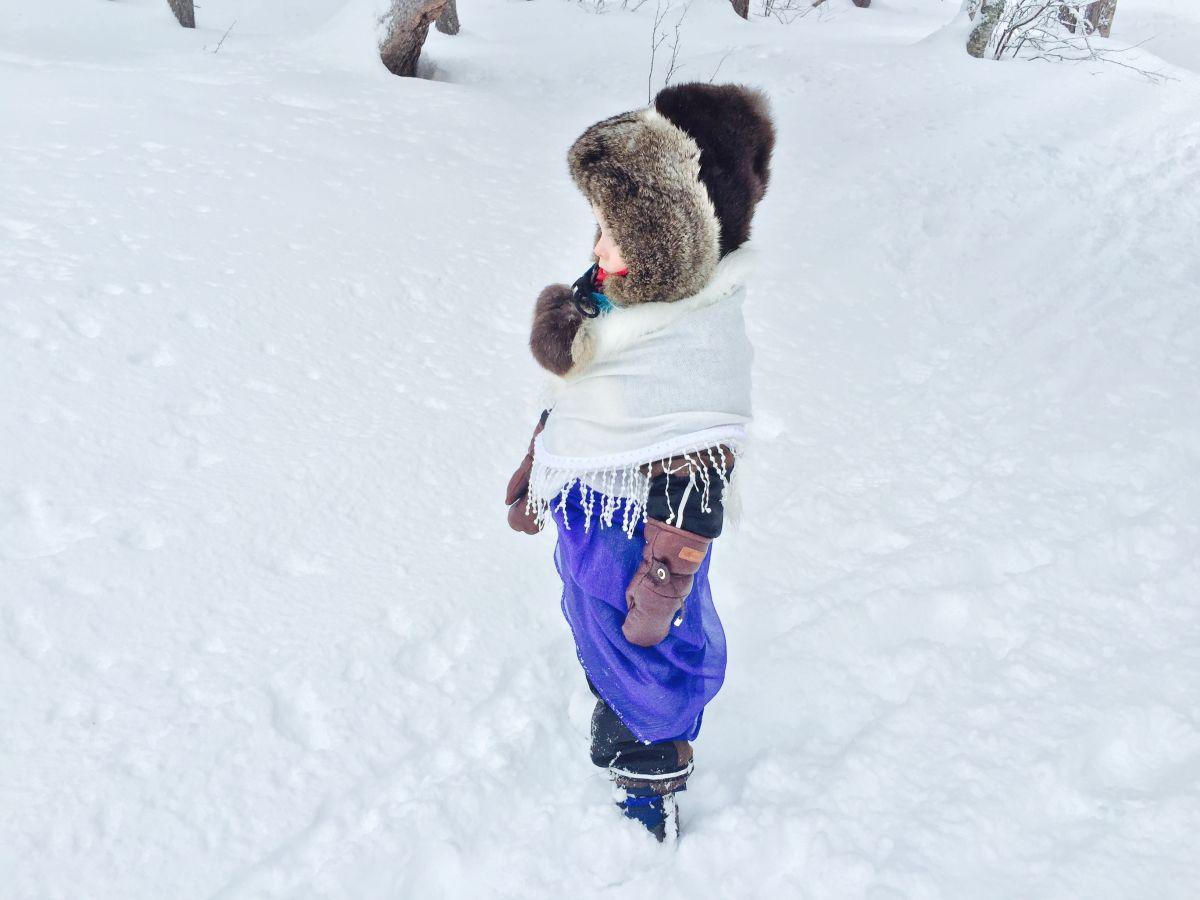 Blått barn i snö