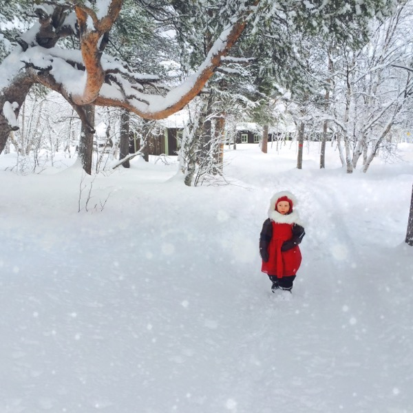 Röd flicka i snö