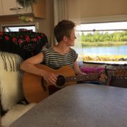 Desiree med gitarr i husbil
