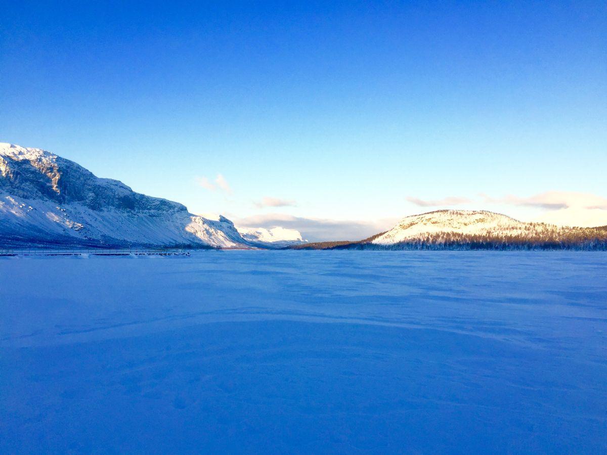 Utsikt över isen och fjällen
