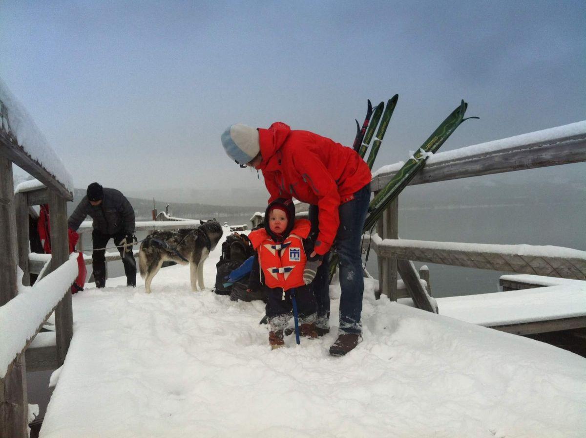 Vårvinter på fjället. Barn i snön med flytväst.