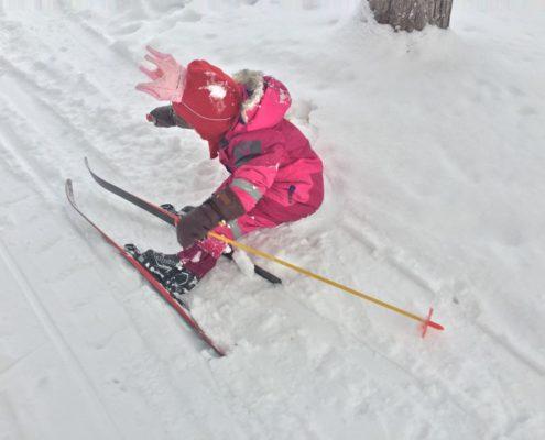 Prinsessa faller i snö på skidor
