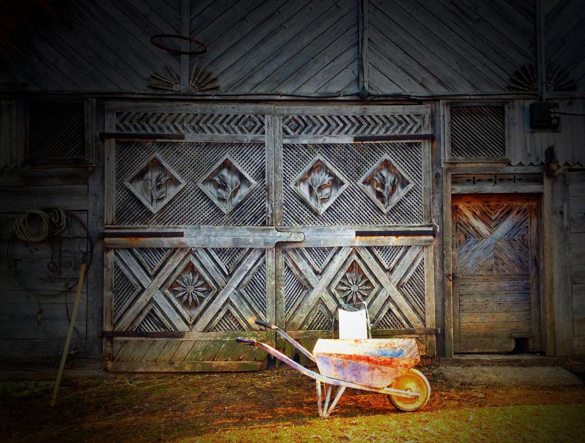 Allt som går att göra vackert snidas på gårdar i Fântâne, i norra Rumänien.