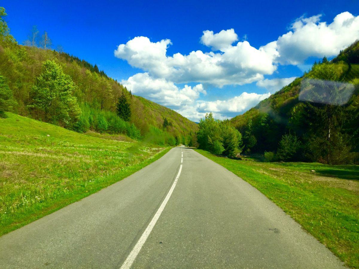 En bilväg genom bergspass
