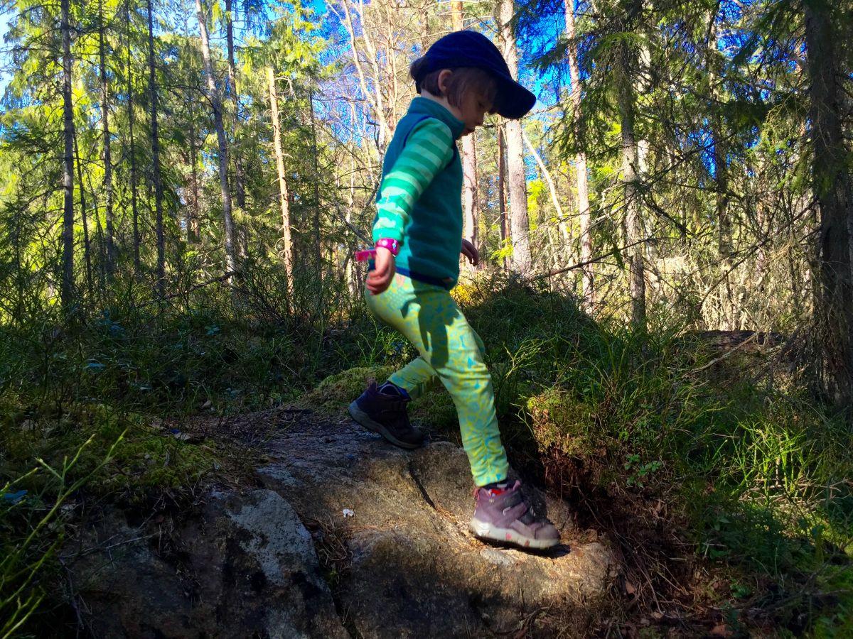 Barn på vandring i skog