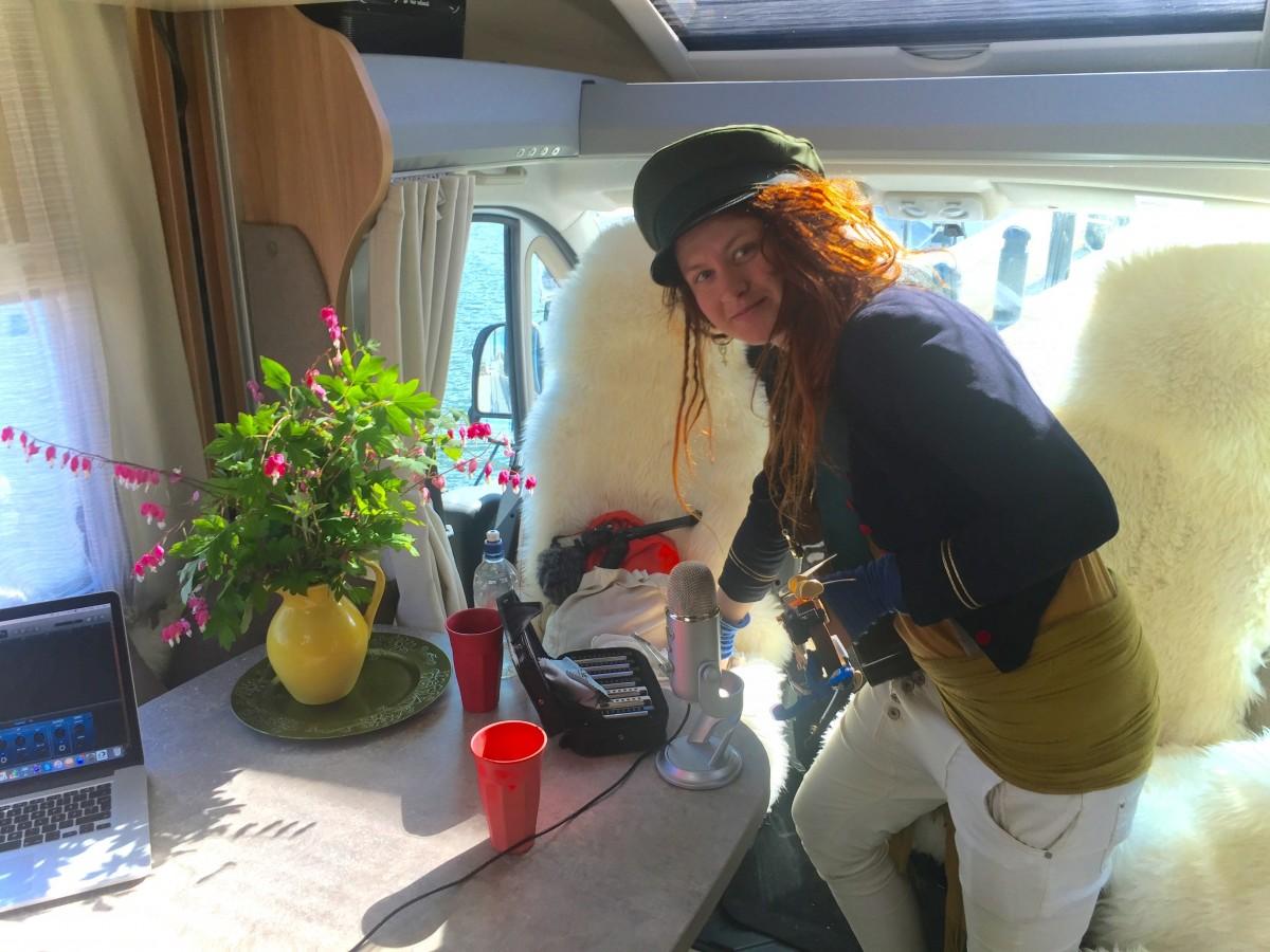 Elona Planman på världens minsta scen i Malins husbil.