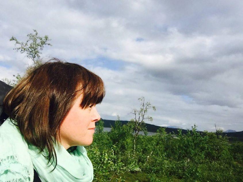 Malin ser ut över landskapet