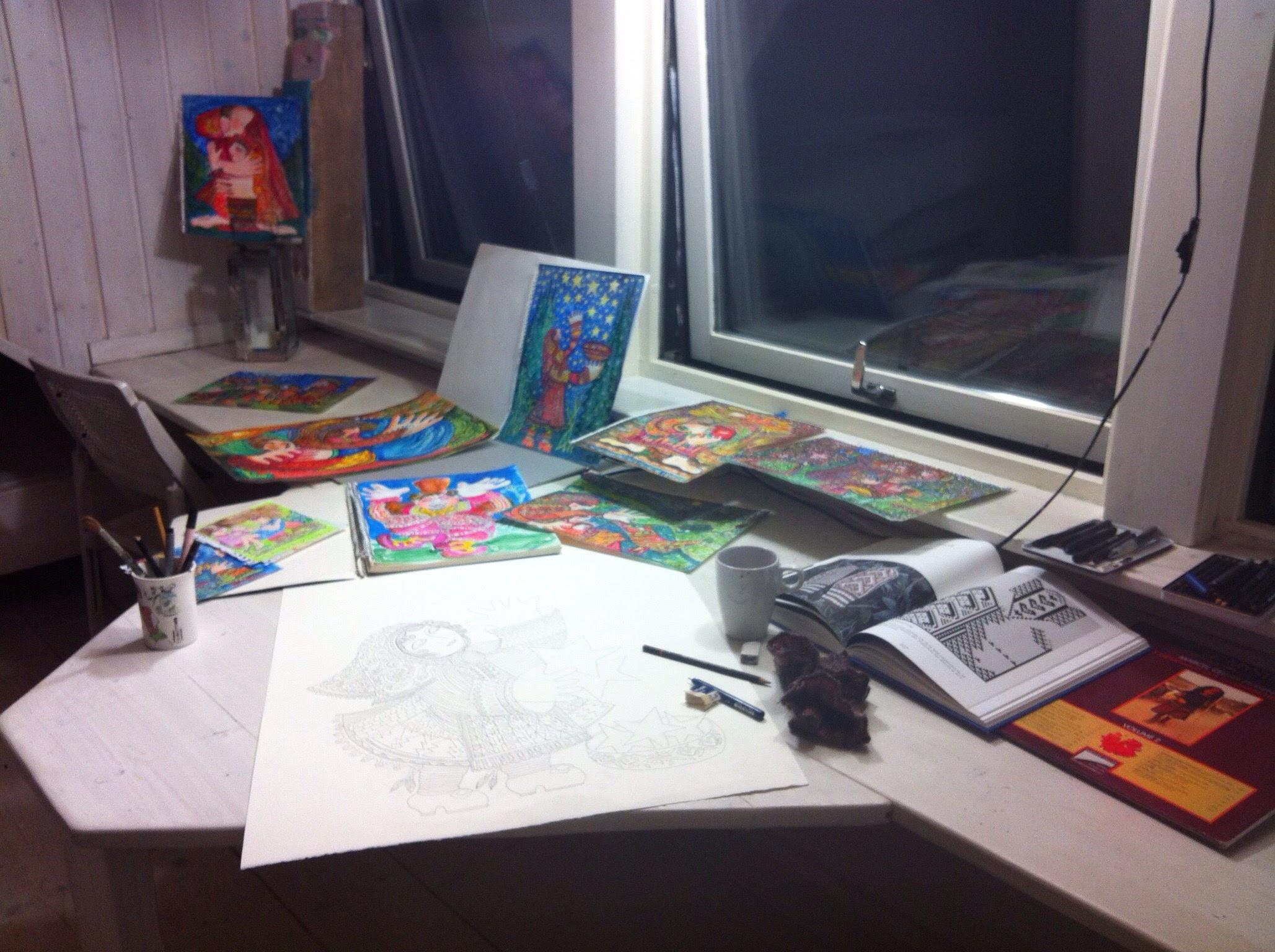 Teckningar målas i stugan