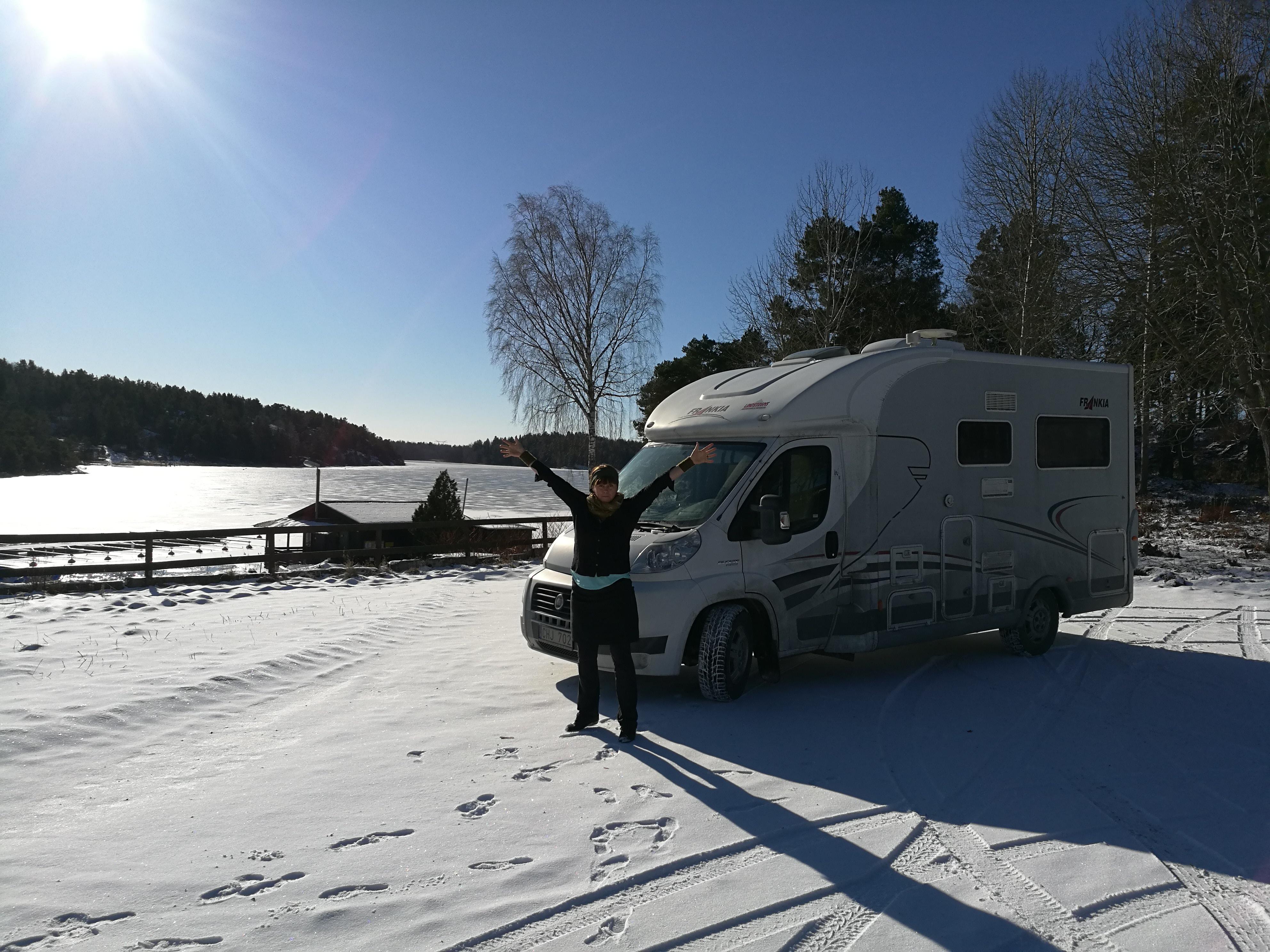Husbilen i ett isande vackert snölandskap med Malin Skinnar