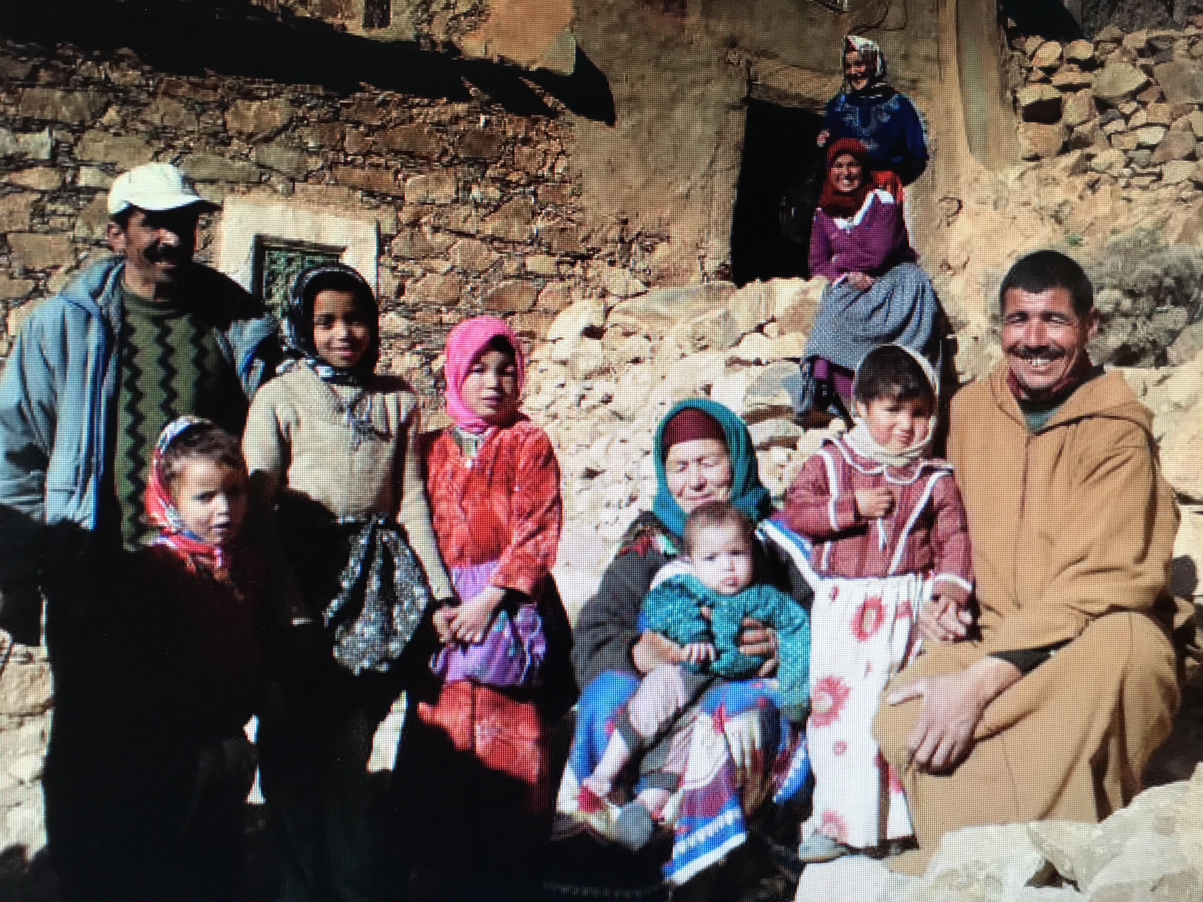 Berbisk familj utanför sitt hus