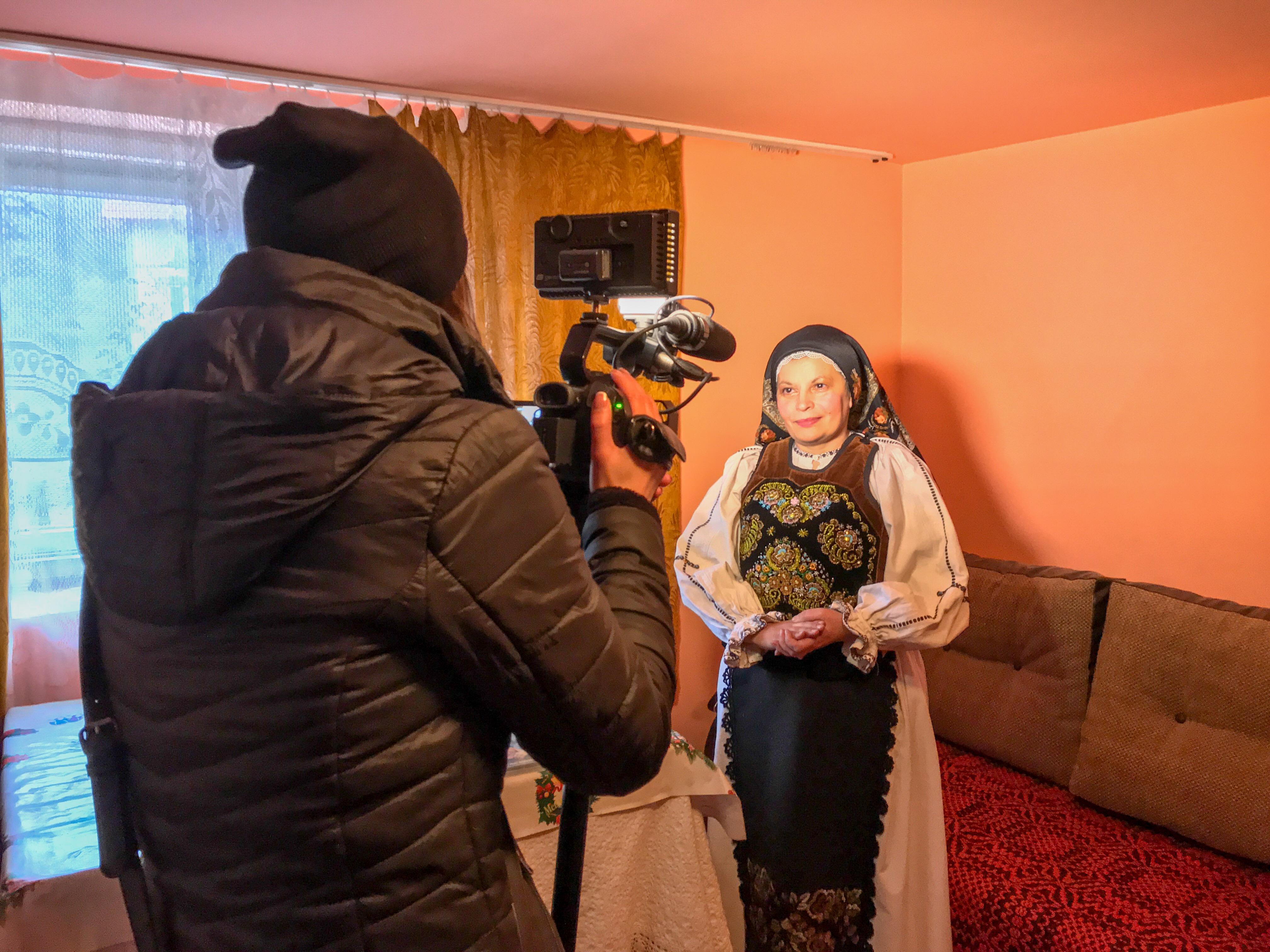 Världens Minsta Kulturhus fick besök från Rumänsk tv under sin visit hos folksångerskorna Teodora och Lenuta Purja i norra Rumänien.