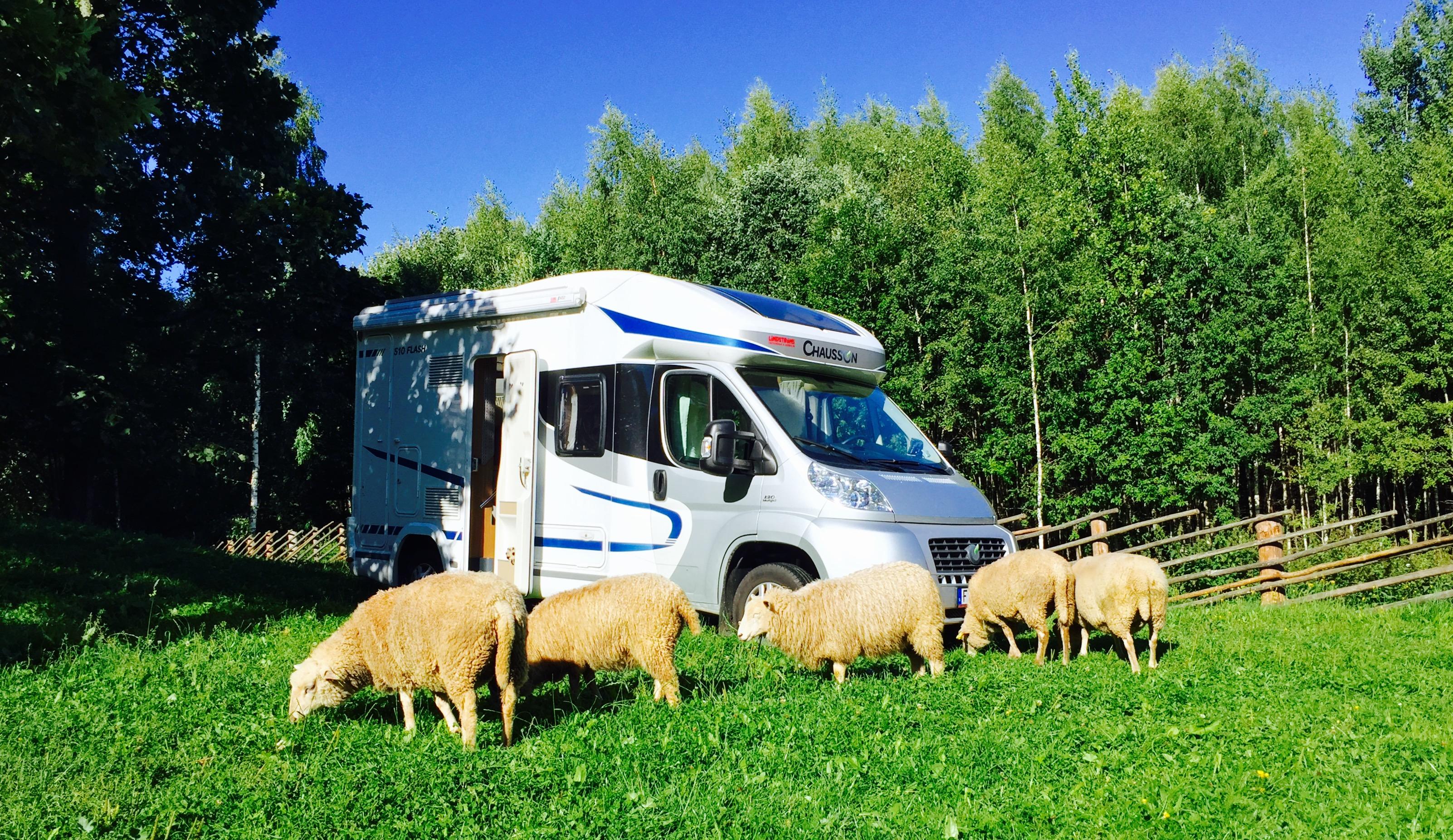 Står på en äng i Estland med husbilen
