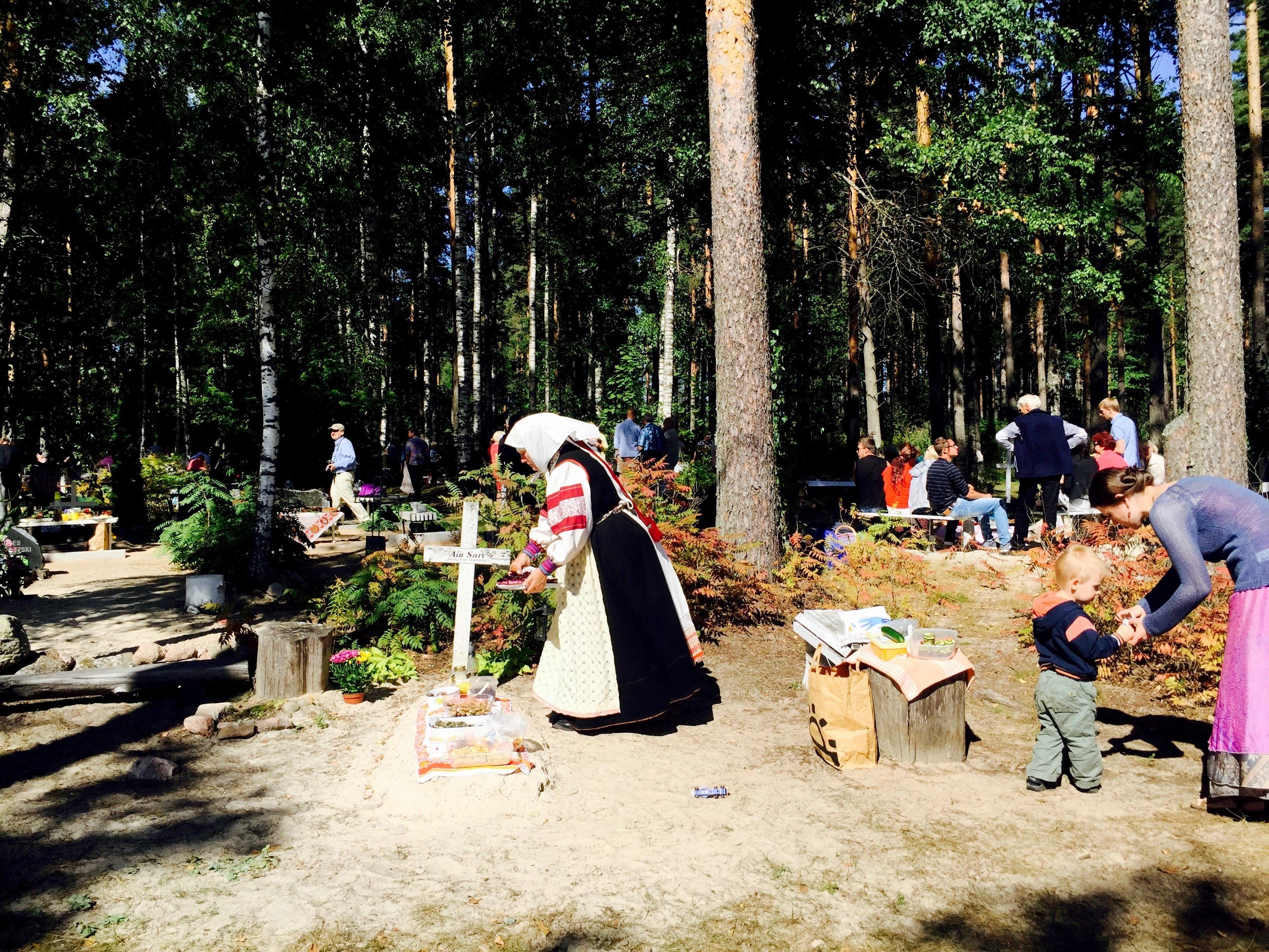 Kaffe och kaka på graven i Estland
