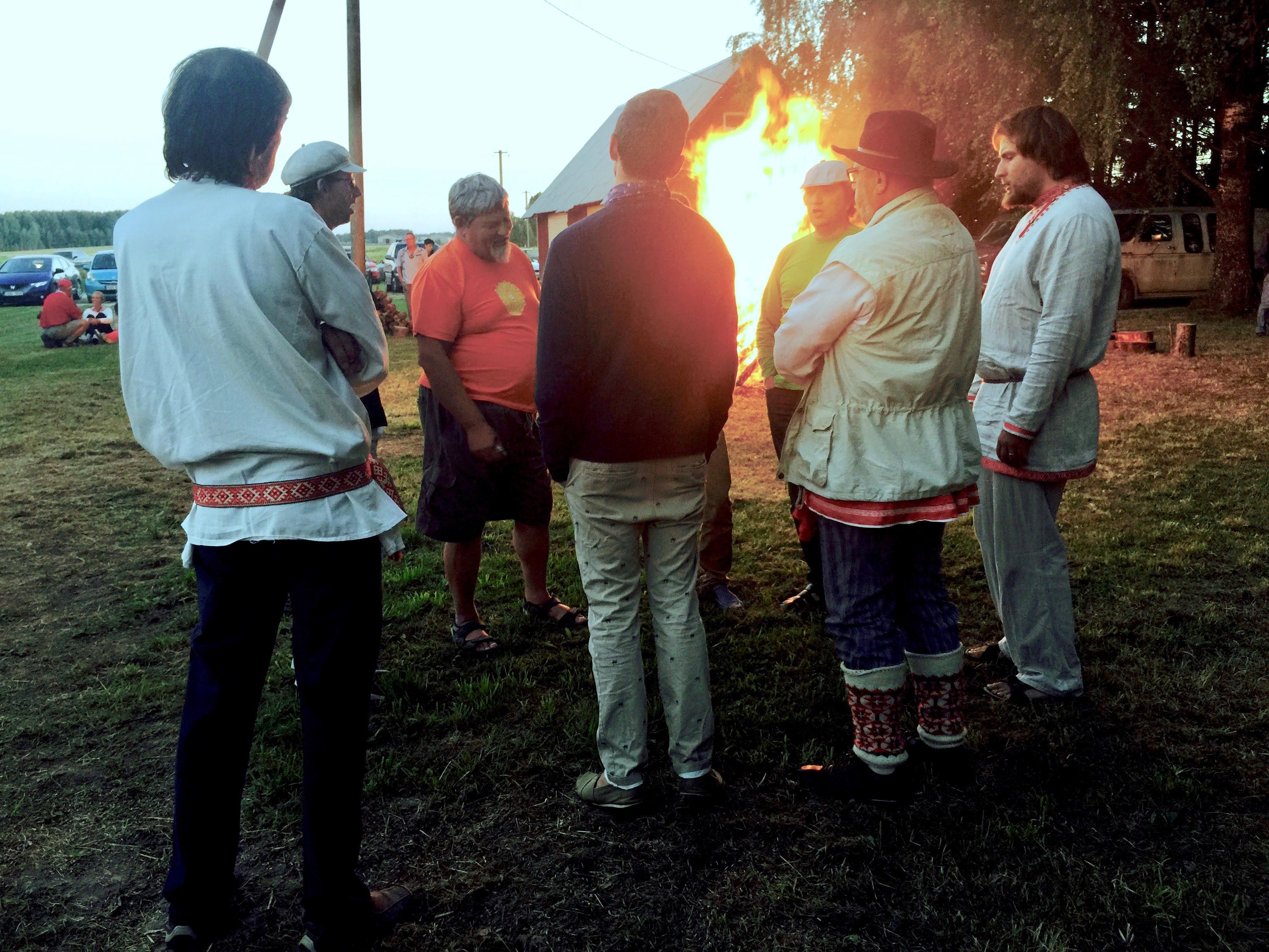 Sjunga i klunga verkar ske helt naturligt så fort en eld tänds.