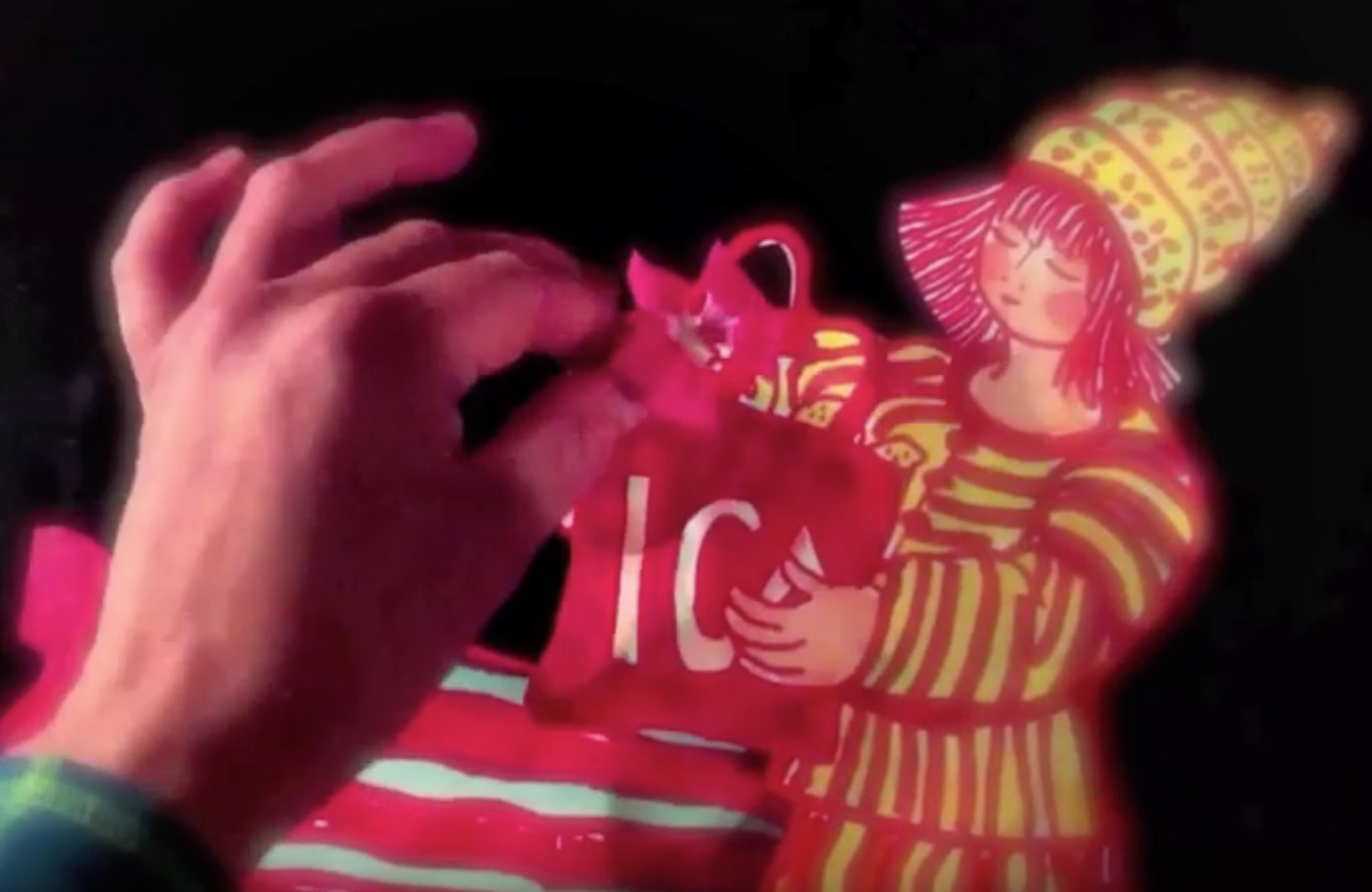 En animation med pappersdocka av Malin Skinnar