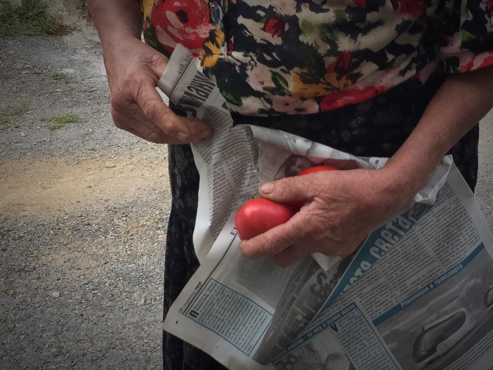 Tomaterna slogs in i tidningspapper